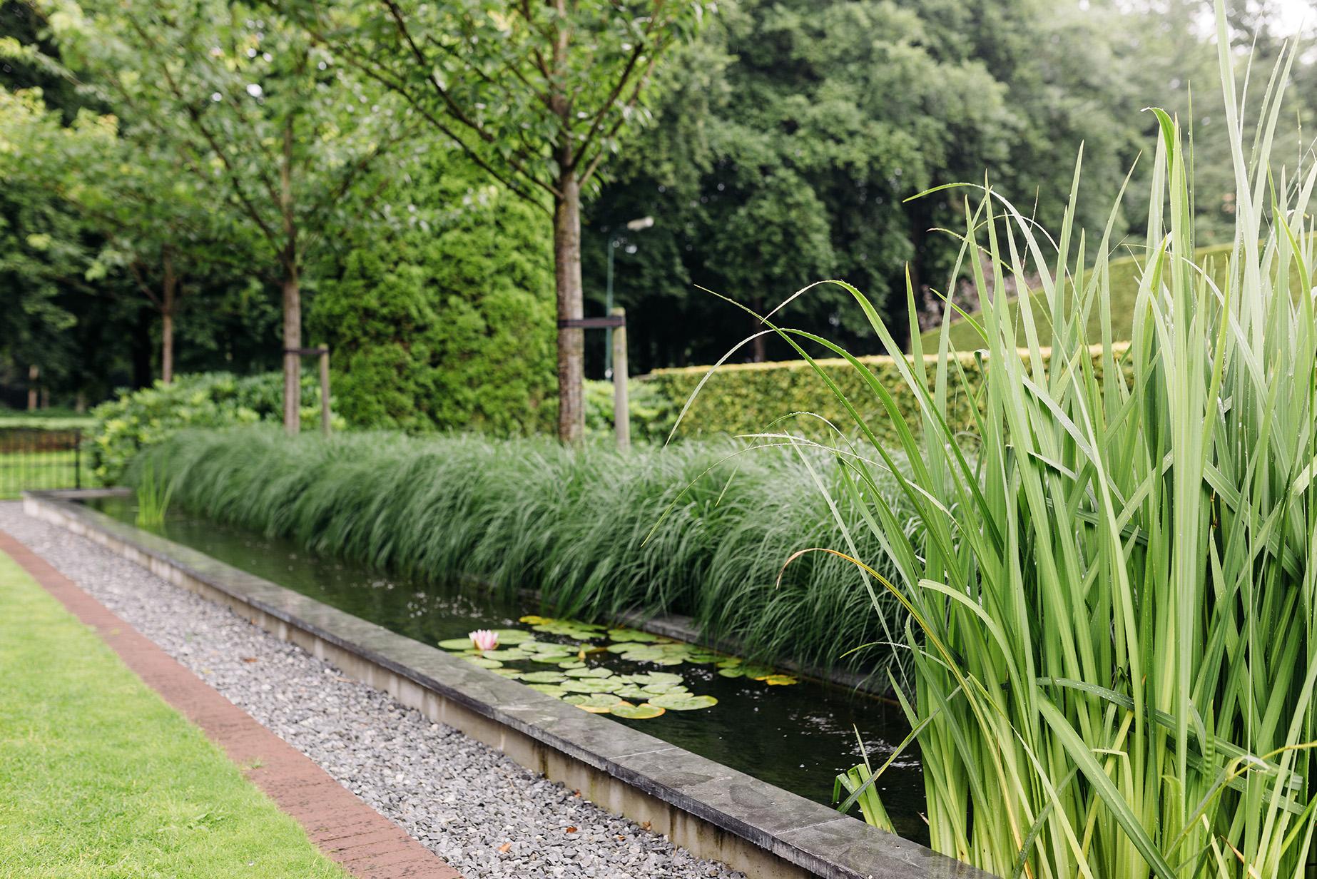 Sproei Installatie Tuin : Tijdloos lijnenspel 🌿 tijdloos lijnenspel de rust in iedere tuin